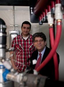 Dottorando Mohamed Fayed (sfondo) e dottorato Georgios Vatistas con il nuovo prototipo di scambiatore di calore. | Foto di Concordia University