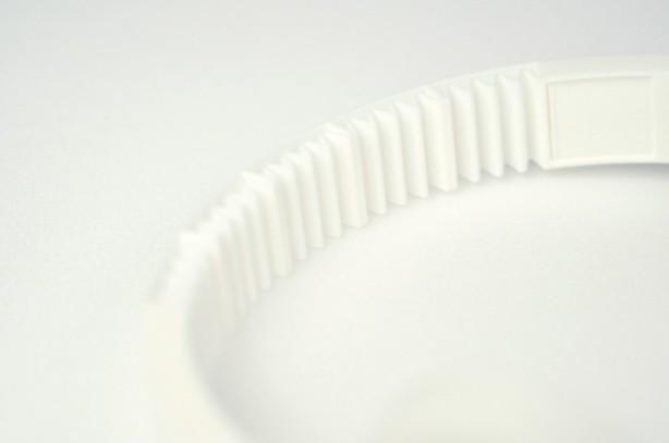 Sebbene stampata anchessa in 3D, anche la fascia risulta flessibile grazie al suo design ondulato.