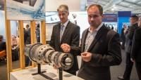 Dr Davis Lyster della Monash university (a sinistra e il Consigliere Delegato di Amaero, Simon Marriott con il motore stampato in 3D